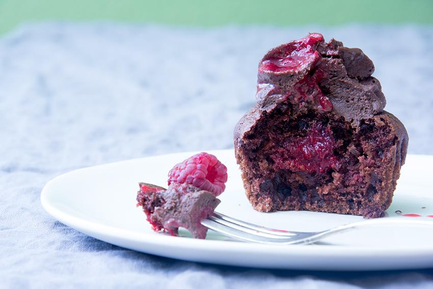 Schoko-Cupcakes-mit-Himbeer-Füllung-und-Ganache_4