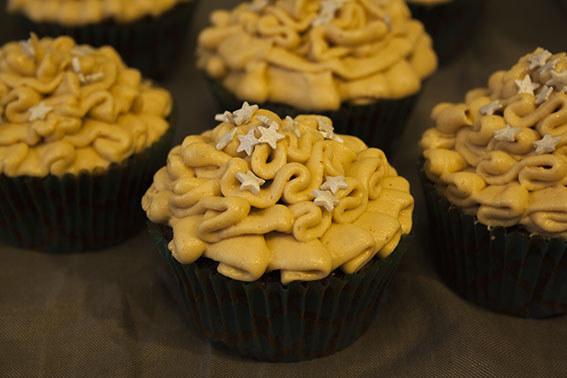 Die Prinzessin auf dem Kaffeetisch… Schoko-Cupcakes mit Erdnuss-Frosting